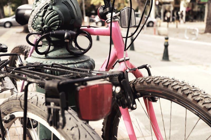 Bicicletas estacionadas foto de stock