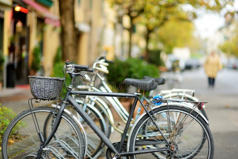 Bicicletas estacionadas em ruas medievais bonitas da cidade de Lucca, Toscânia, Itália foto de stock royalty free