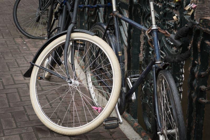 Bicicletas estacionadas em uma ponte em Amsterdão, Países Baixos fotos de stock