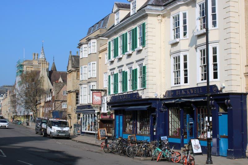 Bicicletas estacionadas fora das livrarias Oxford de Blackwell imagens de stock