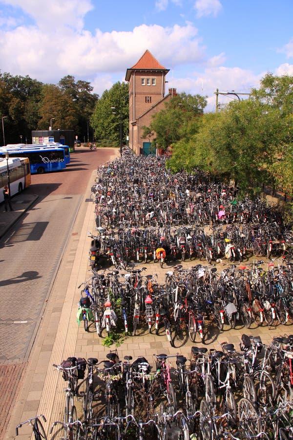 Bicicletas estacionadas na estação de autocarro foto de stock royalty free