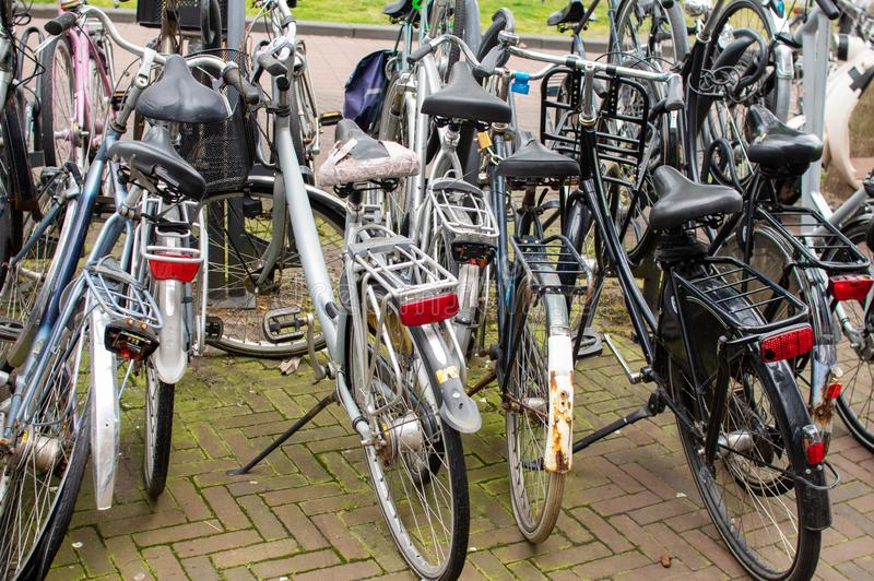 Bicicletas estacionadas na rua imagens de stock