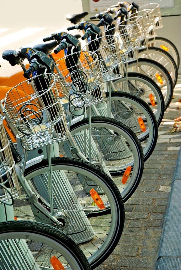 Bicicletas estacionadas no centro de cidade imagem de stock