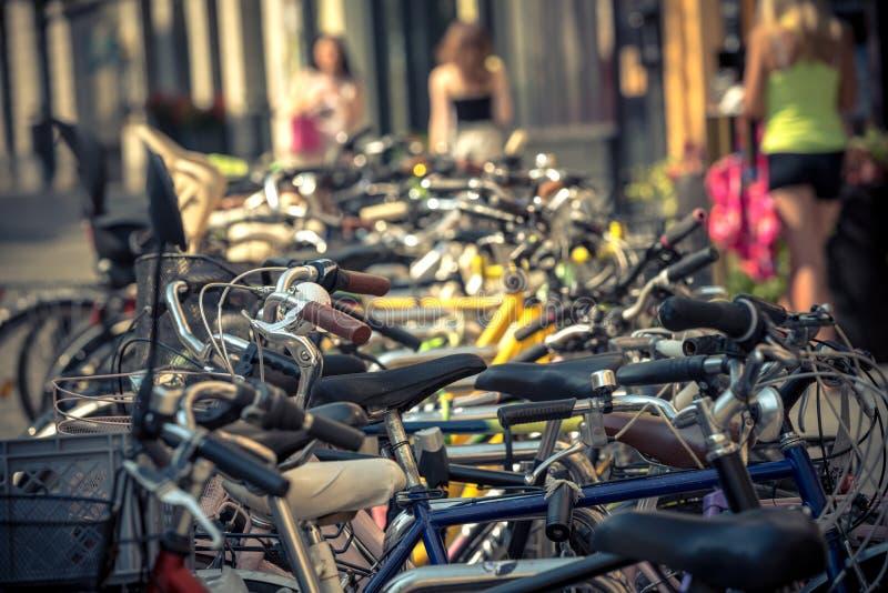 Bicicletas estacionadas no meio da rua no meio de um dia ensolarado fotos de stock royalty free