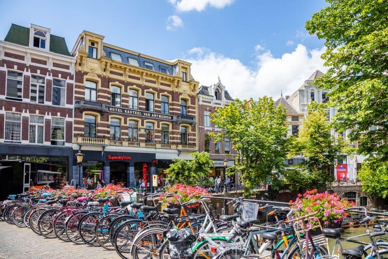Bicicletas estacionadas no passeio na cidade de Utrecht, Países Baixos fotos de stock royalty free