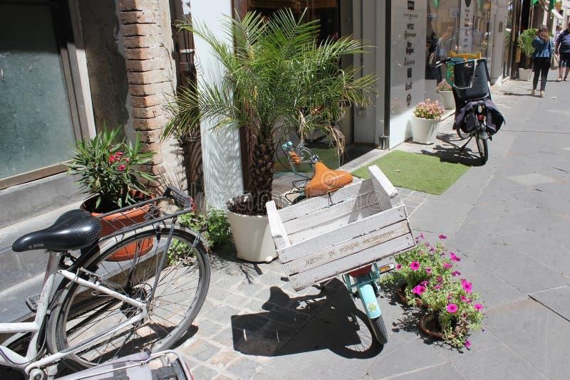 Bicicletas antiguas italianas imagen de archivo imagen for B b italia carugo