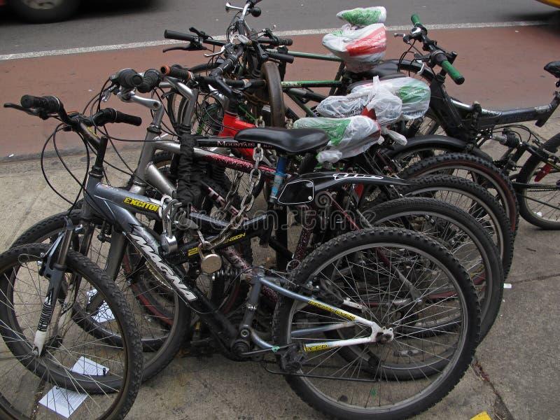 Bicicletas Locked fotos de stock