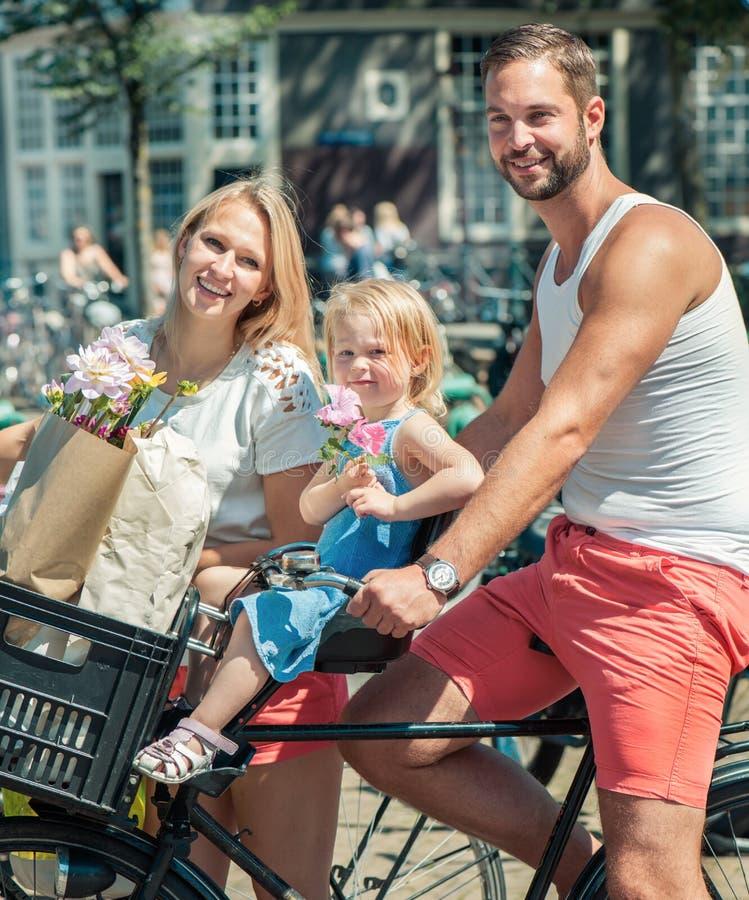 Bicicletas novas da equitação da família fotos de stock