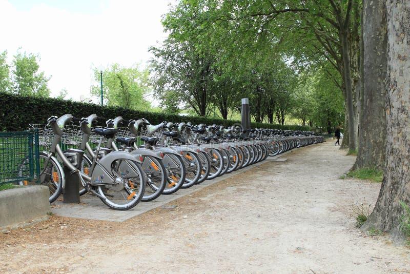 Bicicletas públicas en París imagen de archivo
