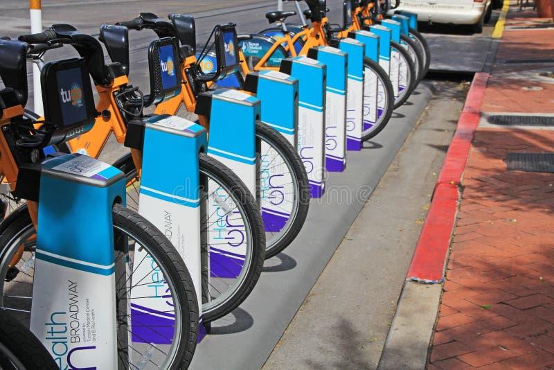 Bicicletas para el alquiler en una calle en Tucson Arizona fotos de archivo