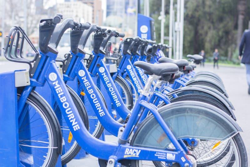 Bicicletas para o aluguel na cidade de Melbourne em Melbourne Austrália o 22 de agosto de 2018 imagens de stock