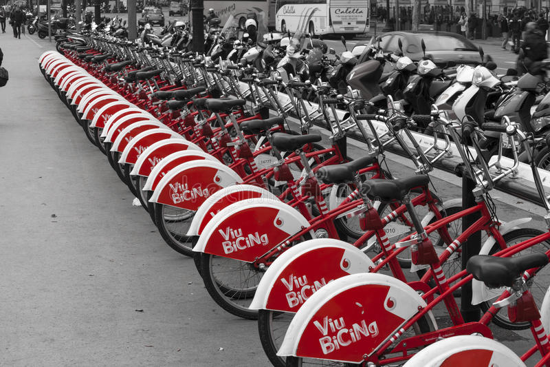 Bicicletas para o aluguer, anche vermelho preto e branco Barcelona, Sapin imagem de stock royalty free