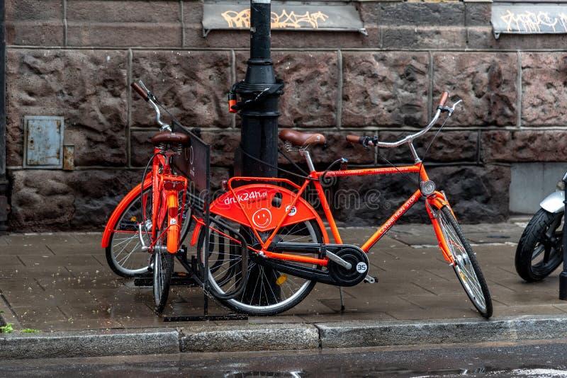 Bicicletas para o aluguer no olhar fixo velho Miasto da cidade de Vars?via fotos de stock royalty free
