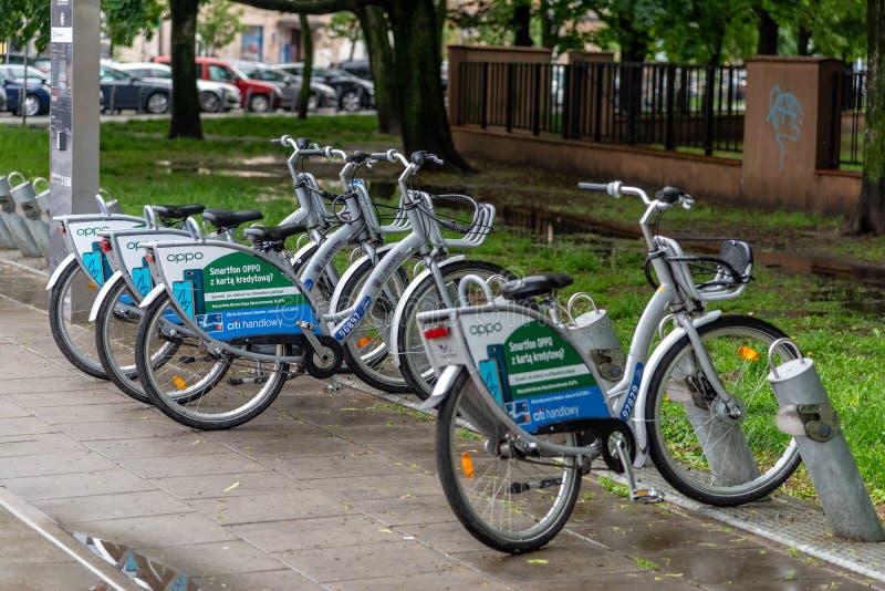 Bicicletas para o aluguer no olhar fixo velho Miasto da cidade de Vars?via fotos de stock