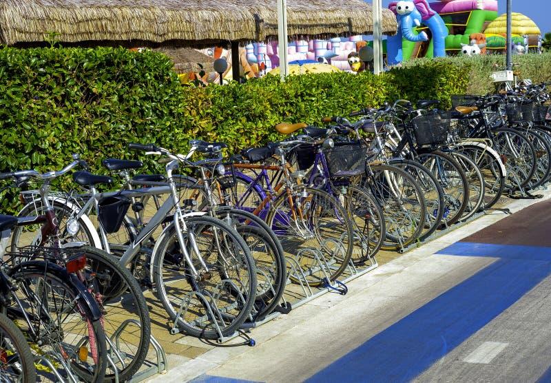Bicicletas parqueadas delante de un lido de la playa en Montesilvano foto de archivo libre de regalías