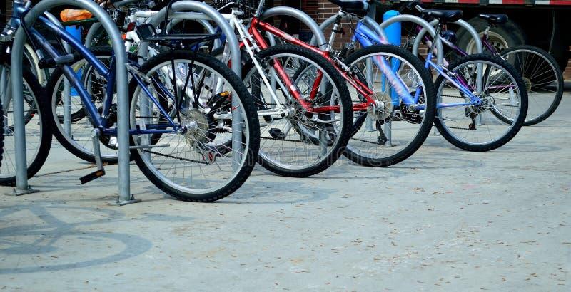 Bicicletas parqueadas en campus de nuevo a escuela fotos de archivo