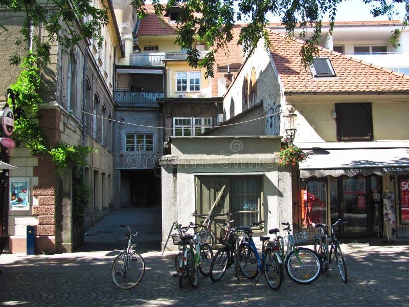 Bicicletas parqueadas en la tienda cercana de la calle Ljubljana, Eslovenia fotos de archivo libres de regalías