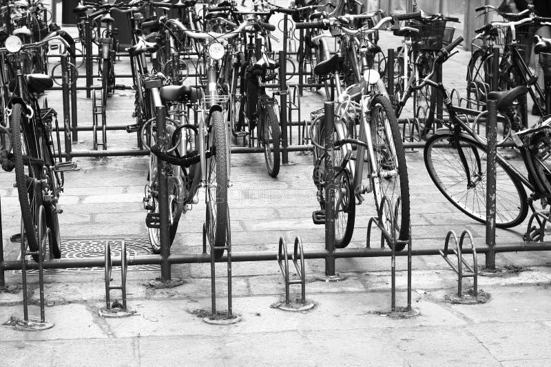 Bicicletas parqueadas vintage en Bolonia imagen de archivo