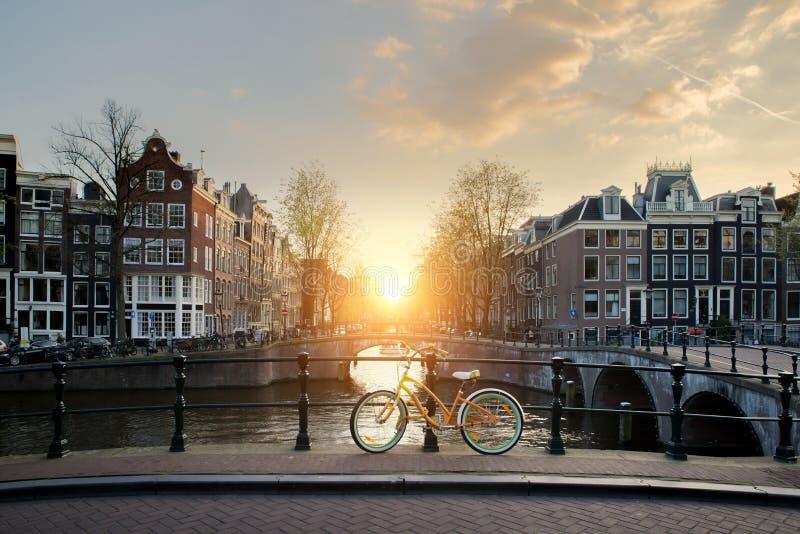 Bicicletas que alinean un puente sobre los canales de Amsterdam, Netherlan fotos de archivo