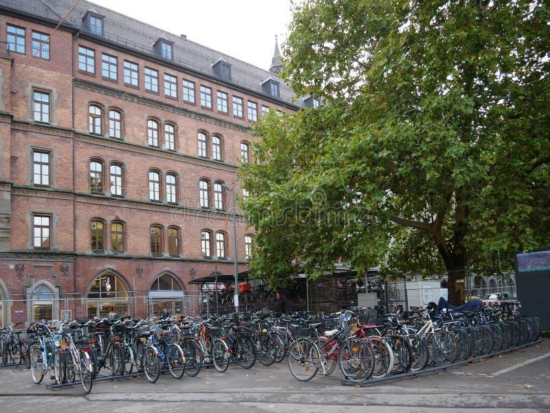 Bicicletas que estacionam na rua da cidade europeia, Munich, Alemanha imagem de stock