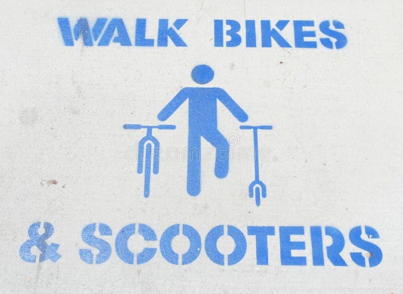 Bicicletas & 'trotinette's da caminhada fotografia de stock royalty free