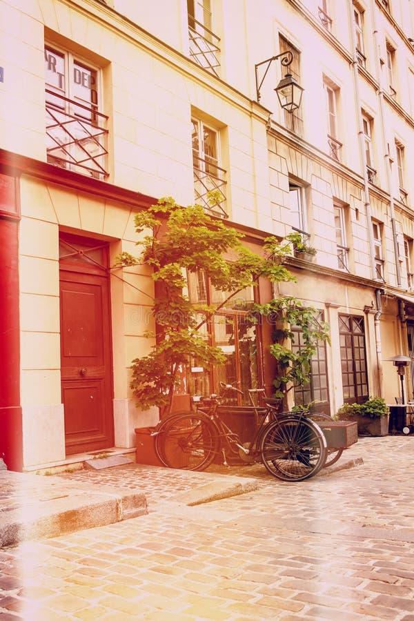 Bicicletas velhas na rua de Paris imagem de stock royalty free