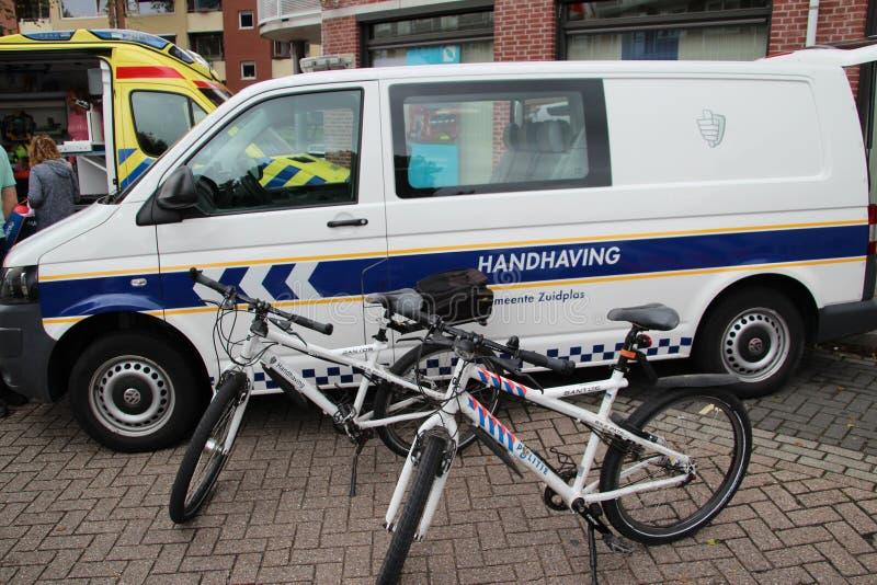 Bicicletas y vehículo del enforcment local del municipio de Zuidplas, los Países Bajos foto de archivo libre de regalías