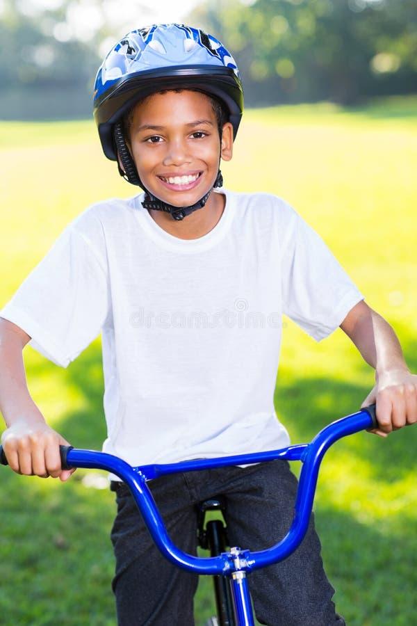 Bicicletta africana del ragazzo fotografia stock libera da diritti