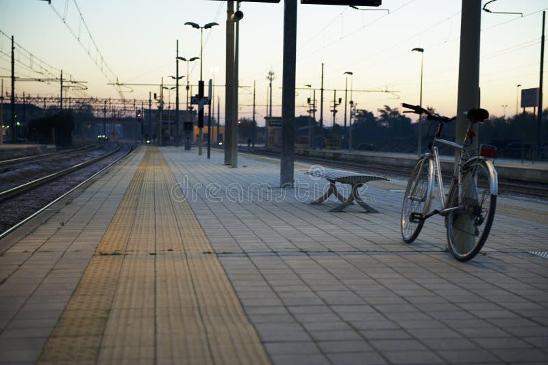 Bicicletta alla stazione ferroviaria della città di Treviglio in Italia fotografie stock libere da diritti