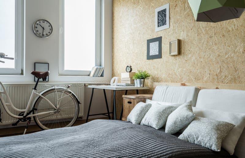 Bicicletta in camera da letto fotografia stock