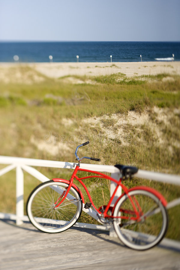 Bicicletta che si appoggia contro la guida fotografie stock libere da diritti