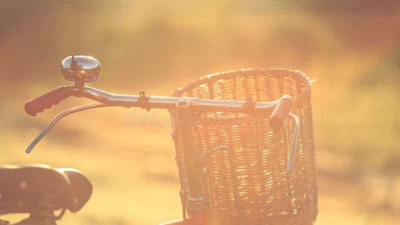 Bicicletta classica di stile rosso del Giappone al parco fotografie stock