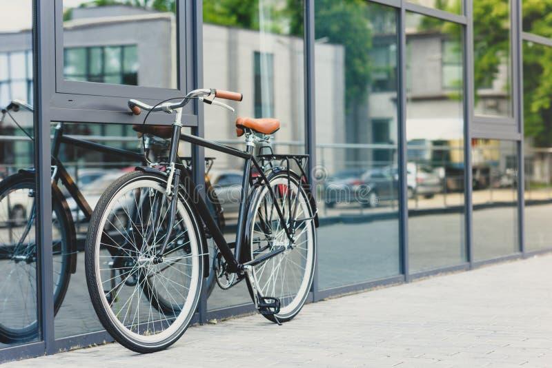 bicicletta comoda riflessa in costruzione moderna immagine stock libera da diritti
