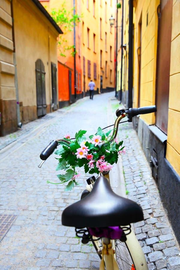 Bicicletta con i fiori sulla barra della maniglia a Stoccolma immagine stock