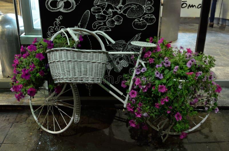 Bicicletta con la decorazione dei fiori immagini stock