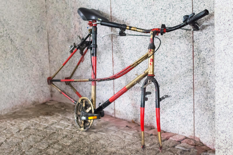 Bicicletta con le ruote rubate fotografia stock