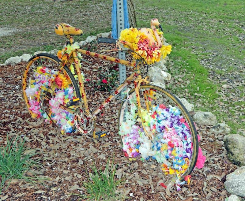 Bicicletta coperta fiore immagine stock