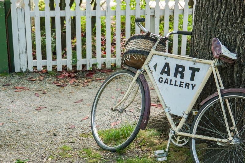 Bicicletta d'annata alla galleria di arte per la decorazione immagini stock libere da diritti