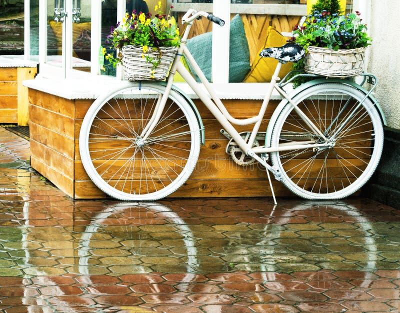 Bicicletta d'annata bianca con i cestini di fiori fotografie stock