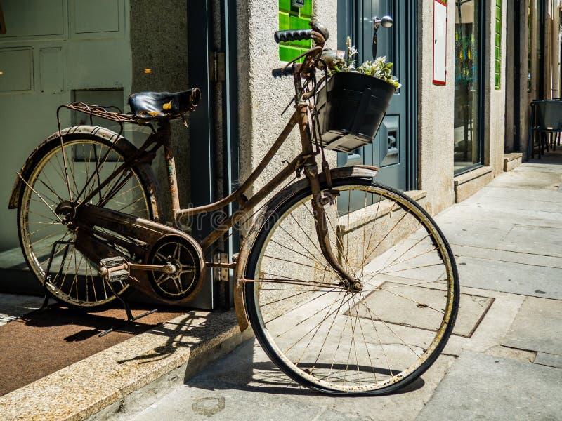 Bicicletta d'annata come decorazione su una caffetteria fotografie stock libere da diritti