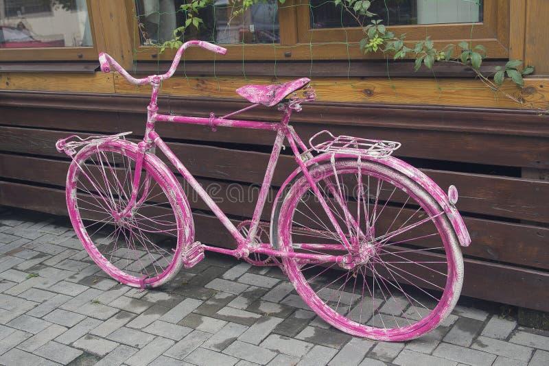 Bicicletta d'annata rosa come decorazione del caffè immagine stock libera da diritti
