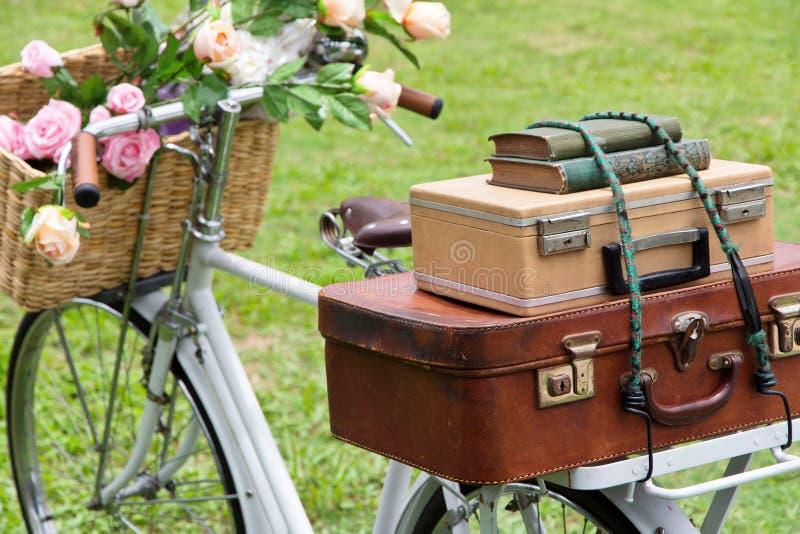 Bicicletta d'annata sul campo fotografia stock