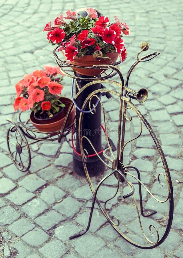 Bicicletta decorativa con i vasi da fiori immagine stock