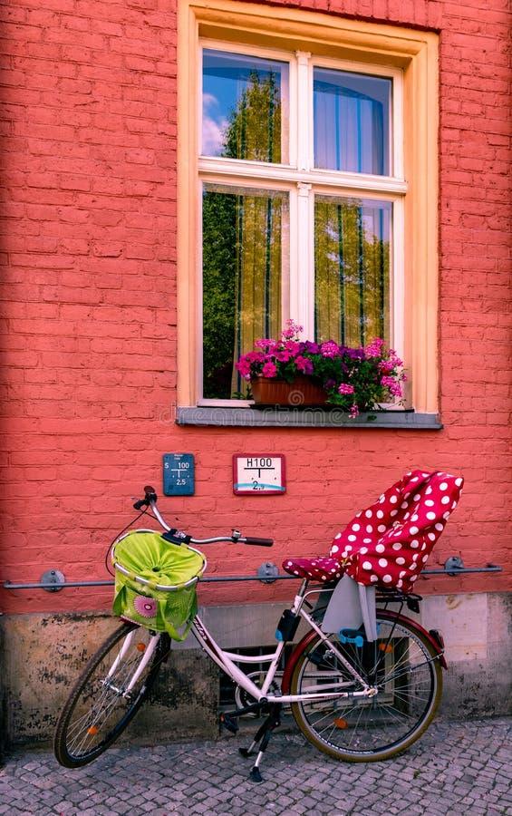 Bicicletta della famiglia che riposa sulla parte anteriore di una casa di Potsdam fotografie stock libere da diritti