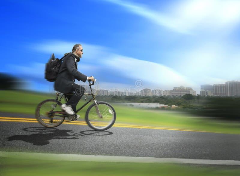 Bicicletta di guida dell'uomo da funzionare immagine stock