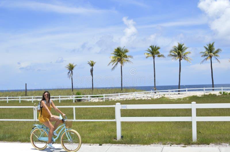 Bicicletta di guida della ragazza immagine stock libera da diritti