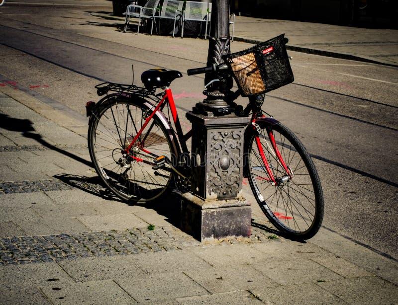 Bicicletta indesiderata lasciata dal proprietario immagini stock
