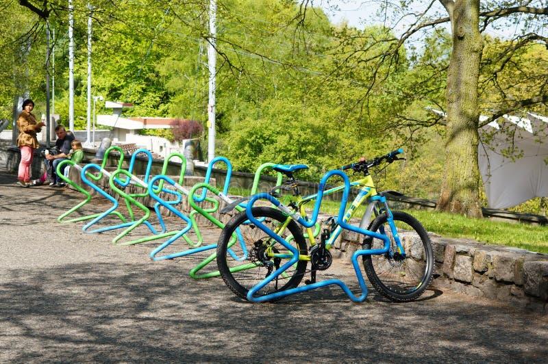 Bicicletta Locked fotografie stock libere da diritti