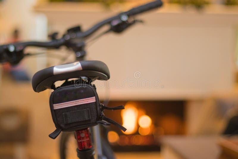 Bicicletta nera che riposa vicino ad un camino fotografia stock