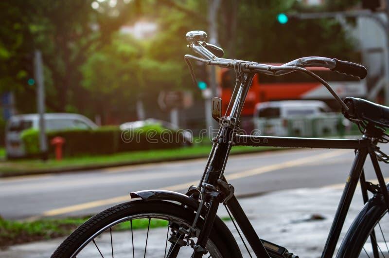 Bicicletta parcheggiata vicino alla via per affitto Percorso in bicicletta nella città di Singapore Trasporto ecologico e concett fotografia stock libera da diritti